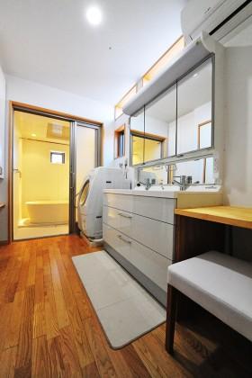 「緑と和の広い家」洗面所から浴室