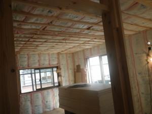 天井断熱 主に外気にふれる天井に施工します